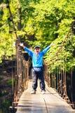 Radosna chłopiec z otwartymi ręka stojakami na zawieszenie moscie zdjęcie royalty free