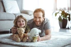 Radosna dziewczyna i rodzic bawić się z zabawkami w domu zdjęcie stock