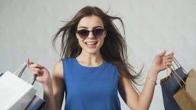 Radosna dziewczyna po Robić zakupy zbiory wideo