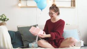Radosna dziewczyna urodziny Dostawał ciekawą teraźniejszość od nieznajomego Bocznego widoku fotografia zbiory