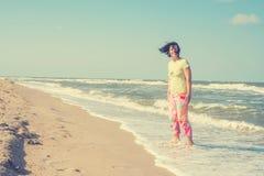 Radosna kobieta cieszy się życie na plaży Fotografia Royalty Free