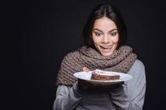 Radosna kobieta iść jeść kawałek tort zdjęcia royalty free