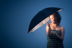 Radosna kobieta ochraniająca parasolem Fotografia Stock