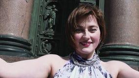 Radosna kobieta ono uśmiecha się przed starym orthodoxal kościelnym drzwi w lato sukni zbiory