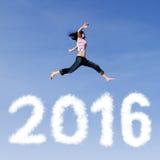 Radosna kobieta przeskakuje nad liczby 2016 Obraz Stock