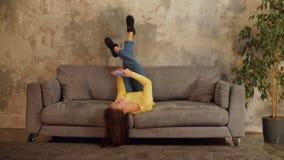 Radosna kobieta relaksuje na kanapie z telefonem komórkowym zbiory wideo