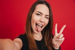 Radosna kobieta 20s z długim brown włosy ma zabawę i bierze jaźń Obrazy Royalty Free