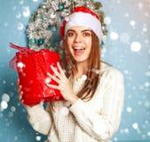 Radosna kobieta z prezentem na błękitnych tła bokeh płatek śniegu zdjęcia stock
