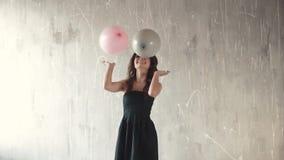 Radosna młoda kobieta rzuca up balony i ono uśmiecha się Świąteczny nastrój sens świętowanie swobodny ruch zdjęcie wideo