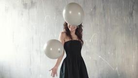 Radosna młoda kobieta rzuca up balony i ono uśmiecha się Świąteczny nastrój sens świętowanie swobodny ruch zbiory wideo