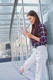 Radosna młoda kobieta używa nowożytną technologię zdjęcia royalty free