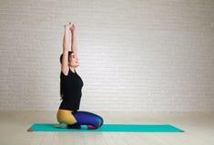 Radosna marzy kobieta po sprawności fizycznej joga ćwiczy przyglądającego w górę obrazy stock