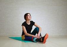 Radosna marzy kobieta po sprawności fizycznej joga ćwiczy przyglądającego w górę zdjęcia stock