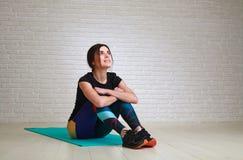 Radosna marzy kobieta po sprawności fizycznej joga ćwiczy przyglądającego w górę obraz royalty free