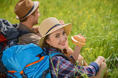 Radosna para cieszy się jedzenie w naturze Fotografia Royalty Free