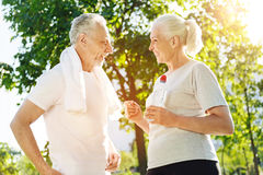 Radosna starzejąca się para opowiada w parku po sport aktywność Obraz Royalty Free