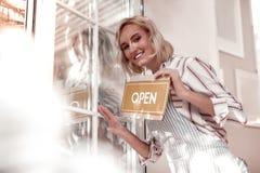 Radosna szczęśliwa kobieta otwiera jej swój bufet zdjęcia stock