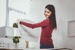Radosna szczęśliwa kobieta trzyma szkic obrazy stock