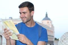 Radosna turystyczna czytanie mapa z kopii przestrzenią obraz stock