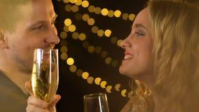 Radosna uśmiechnięta para pije alkohol przy partyjny relaksować zabawę wpólnie i mieć zdjęcie wideo