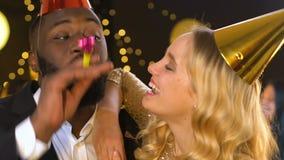 Radosna wieloetniczna para śmia się przy przyjęciem urodzinowym, dama flirtuje z samiec zbiory