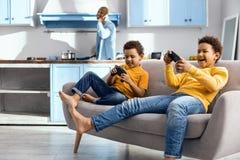 Radosne chłopiec jest zanurzony w wideo hazard zdjęcie royalty free