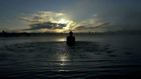 Radosne mężczyzna sztuki z jeziorem nawadniają zakrywają z mgiełką w mo zbiory wideo