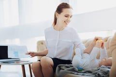 Radosne młode mamusie bierze gumowej kaczki Zdjęcia Stock