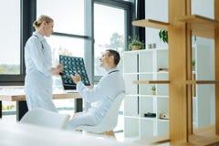Radosne pozytyw lekarki opowiada each inny zdjęcia stock