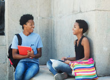 Radosnego amerykanina afrykańskiego pochodzenia studencka para Zdjęcia Stock