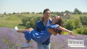 Radosnego mężczyzny kłębiasta ukochana kobieta w kwiecistym polu zbiory wideo