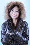 Radosnej dziewczyny chwytający opad śniegu Fotografia Stock