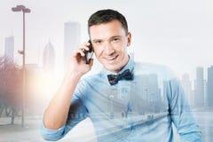Radosny ładny mężczyzna robi rozmowie telefonicza zdjęcie royalty free