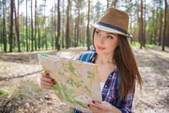 Radosny żeński turystyczny patrzeć dla lokaci fotografia stock