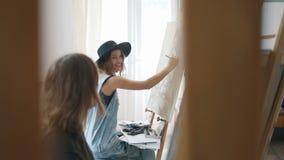 Radosny artysty spojrzenie przy each inny zdjęcie wideo