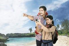 Radosny azjatykci para podróżnik zwiedza i bierze fotografie fotografia stock