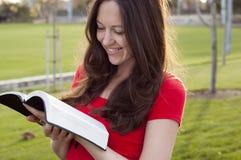 Radosny czytanie bóg słowo Zdjęcia Stock
