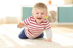 Radosny dziecka czołganie w kierunku kamery obraz royalty free