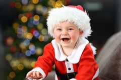 Radosny dziecko jest ubranym Santa kostium w bożych narodzeniach zdjęcie royalty free