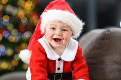 Radosny dziecko jest ubranym Santa przebranie w bożych narodzeniach obraz royalty free