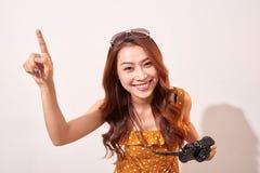 Radosny dziewczyna podróżnik ciekawie wskazuje niebo zdjęcia royalty free