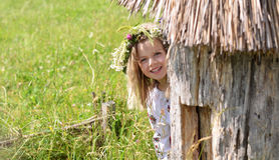 Radosny dziewczyny zerkanie z ula zdjęcie royalty free