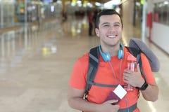 Radosny etniczny mężczyzna ono uśmiecha się podczas wycieczki fotografia stock