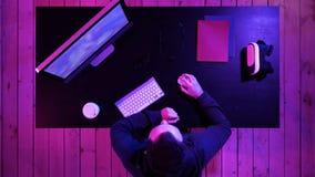 Radosny gamer facet bawić się gra wideo na komputerze i pokazuje kciuk do kamery obraz royalty free