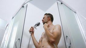 Radosny i aktywny mężczyzna myje w prysznic i śmieszny śpiewa i taniec zdjęcie wideo