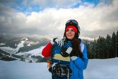 Radosny kobiety snowboarder w zimie przy ośrodkiem narciarskim Obraz Royalty Free