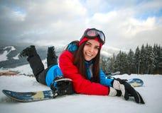 Radosny kobiety snowboarder w zimie przy ośrodkiem narciarskim Obrazy Royalty Free