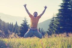 Radosny mężczyzna doskakiwanie i mieć zabawa na wysokogórskiej łące Zdjęcie Stock