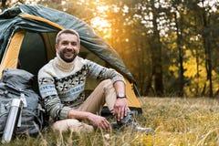 Radosny męski turystyczny odpoczywać w lesie Fotografia Stock