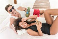 Radosny młody czule para wydatków weekend na lato kurorcie Obrazy Stock